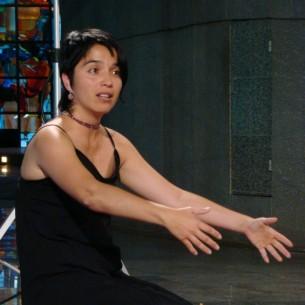 A atriz e contadora de histórias Rosana Reátegui narra contos de amor e erotismo do universo andino, com a ajuda de objetos e tapetes feitos por artistas plásticos limenhos (Peru).