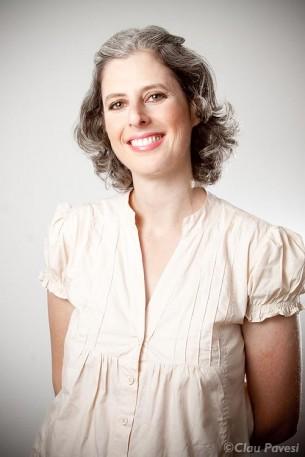 Atriz profissional desde 1992, Ilana Pogrebinschi fez parte da Cia. de Teatro Atores de Laura com diversos espetáculos premiados. Como contadora de histórias, trabalhou com o grupo Girassol e com Daniela Chindler, Múcio Medeiros, Norah de Abreu e Tatiana Motta Lima.