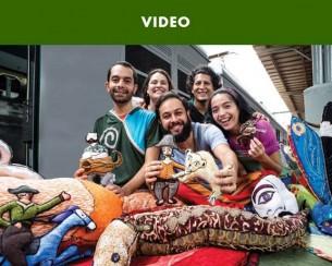 Mesclando narração de histórias, animação de formas e teatro, o grupo desenvolve uma linguagem própria que vem proporcionando ao público infantil e juvenil novas qualidades de experimentação estética. Apoiado por importantes instituições do país, e com reconhecimento de público e crítica, o grupo já visitou diversas cidades do Brasil e exterior.