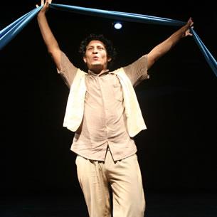 Ator e músico. Edison Mego é ator formado pela Escola de Teatro da UniRio e pelo Agrupación Teatral Cultural Contrastes (Lima, Peru).
