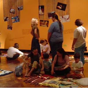 Imagens das exposições interativas e programação de apresentações do grupo Os Tapetes Contadores de Histórias (RJ-Brasil). As imagens foram registradas nas exposições do grupo na CAIXA Cultural nas seguintes cidades e datas: Brasilia (setembro de 2004 e janeiro de 2007); São Paulo (outubro de 2006); e Salvador (março de 2005).