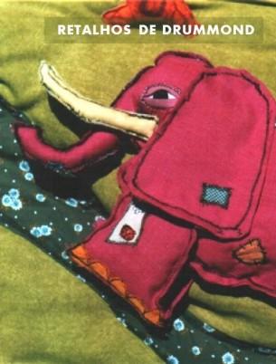 """Imaginem vocês um elefante """"de algodão, de paina, de doçura"""", que passeia pelo mundo à procura de amigos; ou ainda a viagem fantástica de Ricardo (Rick, para os íntimos) ao ver uma girafa no zoológico. Já imaginaram provar um queijo do tamanho da lua que caiu no pátio da sua escola? Alguém de vocês teria coragem suficiente para entrar na casa da doida?   Pois é. Cinco tapetes artesanais servem de pano de fundo para a poesia e prosa de Carlos Drummond de Andrade. Na sessão """"Retalhos de Drummond"""", são contadas as histórias """"O elefante"""", """"Rick e a girafa"""", """"A doida"""", """"A incapacidade de ser verdadeiro"""" e """"Governar"""", sob o ponto de vista dos meninos do Interior, dos """"deslocados"""" da sociedade, apoiados nas peripécias da sua imaginação.   Texto: Carlos Drummond de Andrade Direção e Cenários: Cadu Cinelli e Warley Goulart  Duração: 45 minutos. Para crianças a partir de 7 anos."""