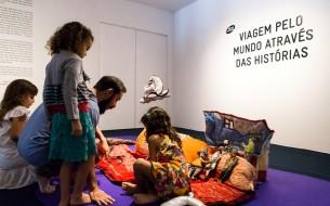 Exposição Interativa do acervo do grupo Os Tapetes Contadores de Histórias, com programação de visitação do público, sessões de histórias, oficinas, palestras e rodas de histórias. Entre os anos de 2003 a 2009 e 2013 a 2015 ocorreram 21 exposições interativas nas CAIXAs Culturais de todo Brasil. Atualmente estamos circulando com a exposição VIAGEM PELO MUNDO ATRAVÉS DAS HISTÓRIAS.