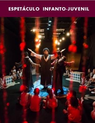 Vencedor do Prêmio Zilka Salaberry 2016,  SHTIM SHLIM é um espetáculo infanto-juvenil cuja história percorre toda uma grande instalação, composta por cinco espaços diferentes de atuação.   Baseado num conto tradicional bérbere e dirigido por Inno Sorsy (Londres/Gana), a peça conta a história do jovem mago que parte em busca de sabedoria e acaba travando uma batalha com seu próprio mestre.   Com concepção de Cadu Cinelli e direção de arte  de Warley Goulart, foram os próprios integrantes do grupo que confeccionaram a instalação e participam como atores do espetáculo, revezando em todos os papeis.  Direção: Inno Sorsy.  Supervisão Cenográfica: Analu Prestes. Duração: 70min. Para crianças a partir de 4 anos.